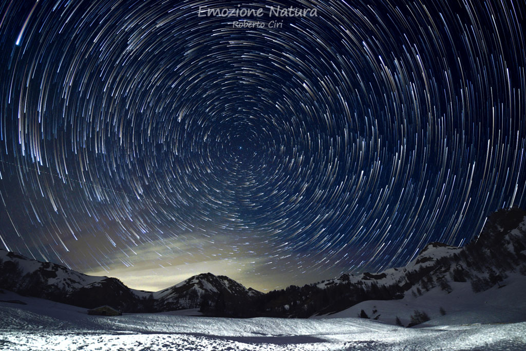 Star trail in montagna d'inverno