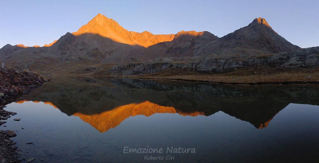 Riflesso di cime alpine