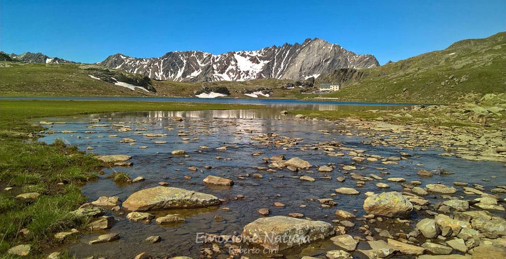 Riflesso parziale di cime alpine